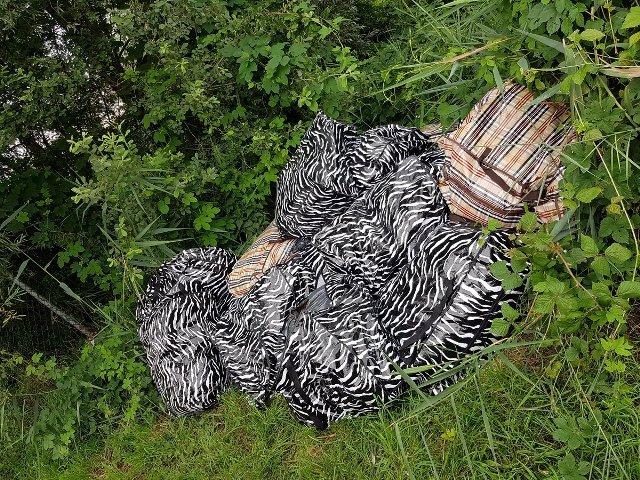 Tassen Hengelo : Tassen met safval gedumpt in deventer overijssel